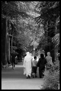 Wandelaars en een renner door park Oog in Al